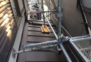 下屋根にも金属屋根を張り付ける