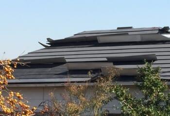 屋根カバー工法後にはがれた金属屋根