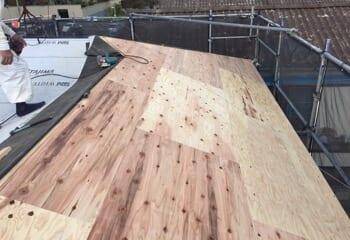 垂木に野地板を張り付ける