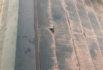 現地調査 屋根材の欠けと経年劣化