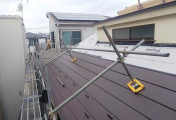 新しい金属屋根材を張り付け