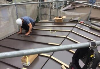 縦葺きの屋根