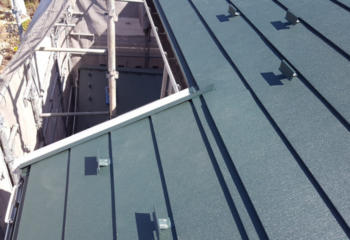金属屋根材を張り付ける