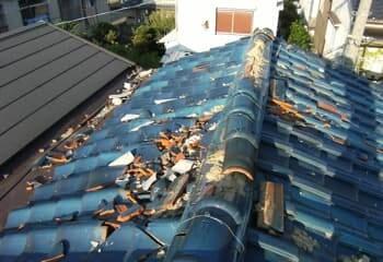 瓦屋根が被災した様子の写真