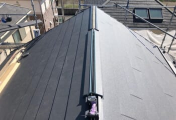 屋根材、棟板金下地の取り付け