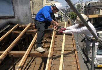 垂木補強の様子。野地板をはがして垂木を補強する工事はかなり大掛かりな工事です