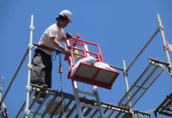 昇降機で屋根材を上げ下げします
