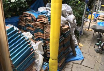 屋根瓦撤去の様子