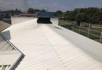 低勾配で大きな換気口があるような工場の屋根は特に注意