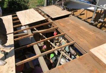 野地板まではがす葺き替え工事は時間がかかり、屋根工事業者の技術力も必要