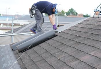 屋根カバー工法における防水シート張り