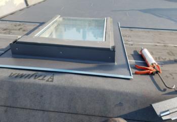 金属屋根材の張り付けと天窓周りの施工
