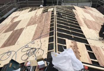 屋根面が歪んでいる場合は、瓦屋根に限らず必ず下地調整をおこないます