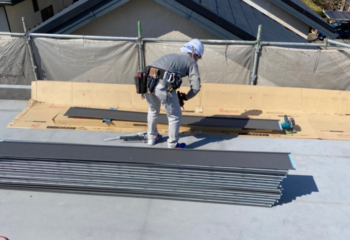 屋根材の張り付け