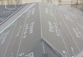 屋根カバー工法 (3)ルーフィングシートを張り付け