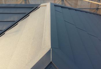屋根カバー工法 (10)棟板金を取り付けて屋根の工事が完成
