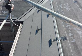 屋根カバー工法 (5)新しい金属屋根材を張り付ける