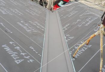 屋根カバー工法 (4)谷どい板金の施工