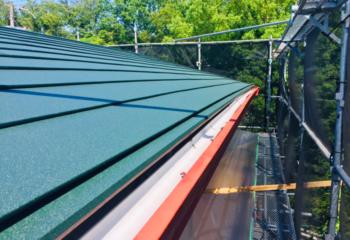 新しい金属屋根を張り付け
