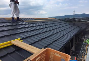 新しい金属屋根材を取り付け