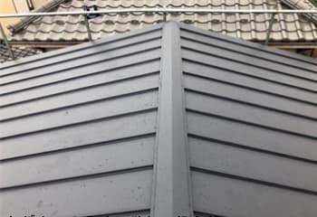 縦葺きのガルバリウム鋼板屋根