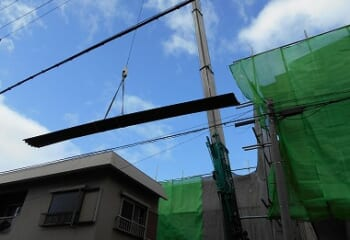 波型スレート屋根の搬入