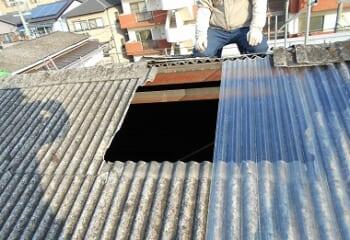 波型スレート屋根の採光部を塞ぐ