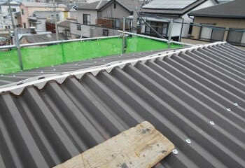 波型スレート屋根棟板金取り付け