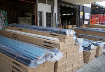倉庫には屋根材・外壁材を保管してます