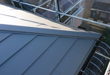 新規屋根材張り付け