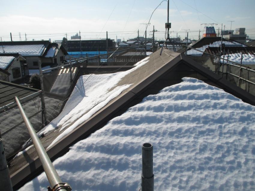 雪に残った屋根