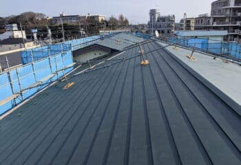 千葉市中央区|5階建てマンションの屋根を野地板増し張りカバー工法で改修