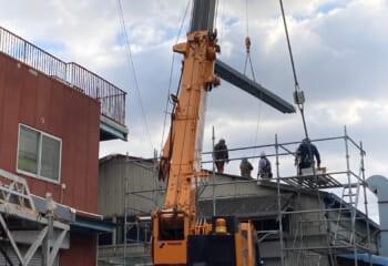1枚10メートル近くある金属屋根を荷揚げして張り付けるので、工期は思っている以上に短い