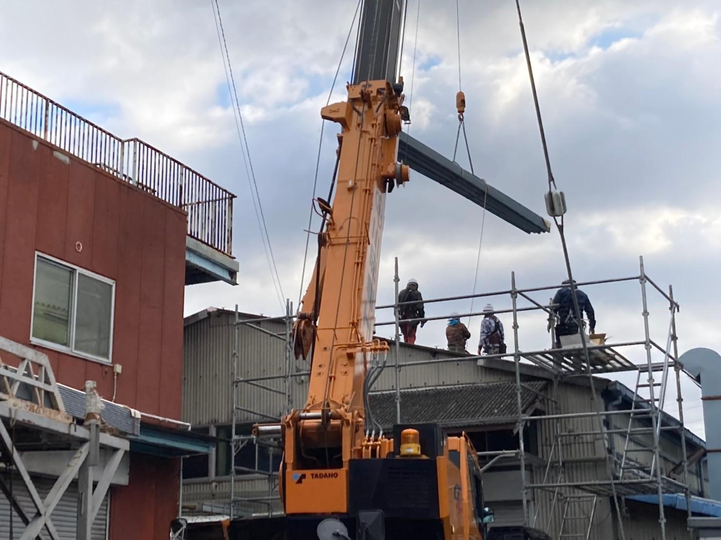 クレーンで屋根を持ち上げる