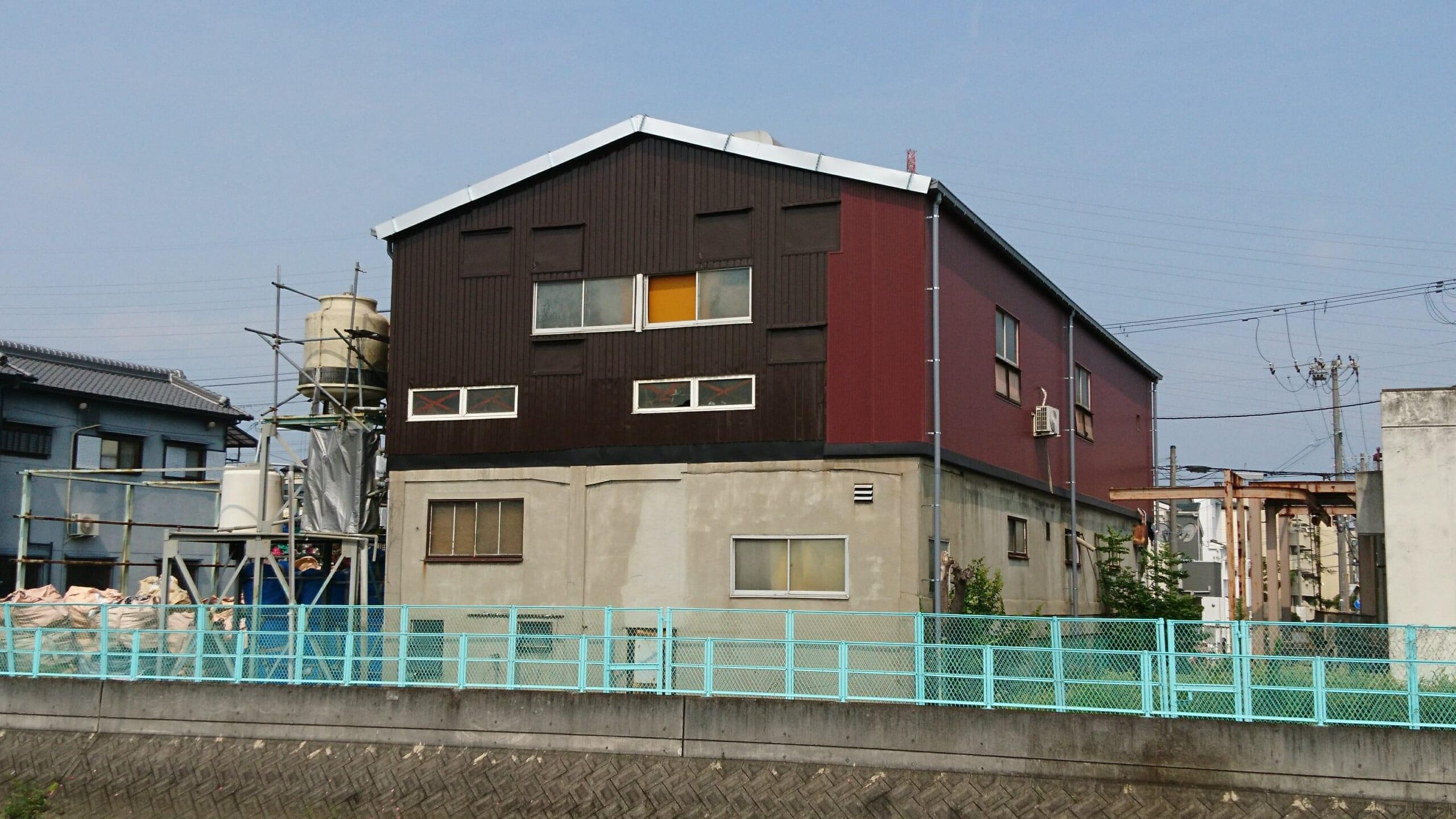 倉庫の屋根と外壁をカバー工法で改修したリフォーム工事が完成