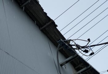 強風でケラバが破壊された波型スレートの屋根