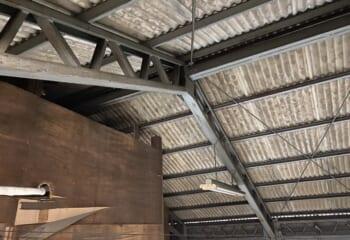 鉄骨造の内側。波型スレートの直下にある鋼材がC型鋼。