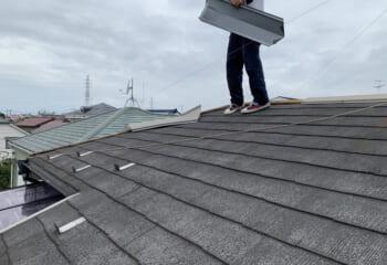 コロニアル屋根の棟板金が飛ばされた住宅