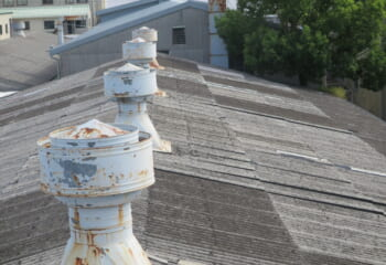 古い波型スレートの屋根にのぼることはNG