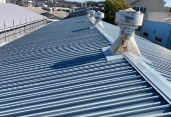 折板(せっぱん)とよばれる金属屋根で屋根カバーをおこなう工事が増えている