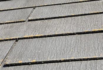 スレート屋根が沿ってすき間が空き過ぎるのは問題だが、すき間があること自体はおかしなことではない