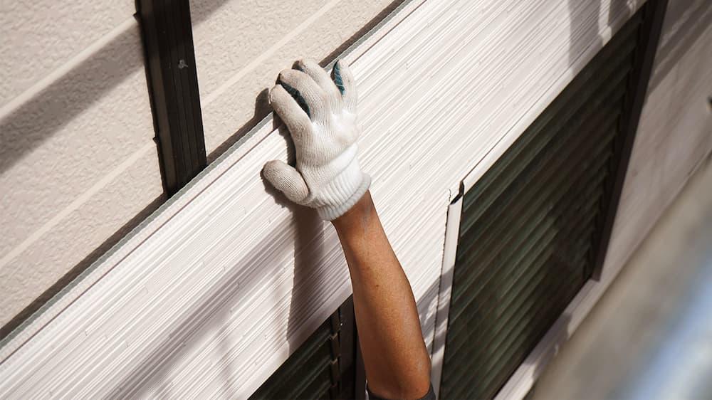 既存外壁のうえから新しい金属サイディングを張り付ける